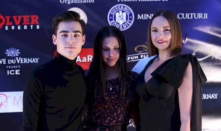 Radu Bănică, fiul cel mare al lui Ștefan Bănică Junior face furori nu doar datorită talentului său, dar și a aspectului fizic. La doar 19 ani, acesta se bucură deja de mare succes și este asalatat de fane. Anul trecut a devenit student la Actorie la UNATC, iar tatăl său a ținut să spună tuturor cât este de mândru de băiatul său.